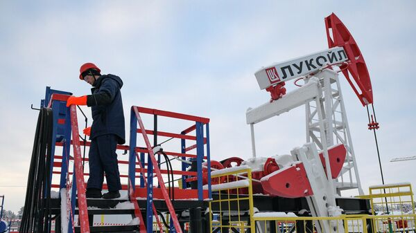 Студенты-газонефтедобытчики учатся на нефтепромысловом оборудовании