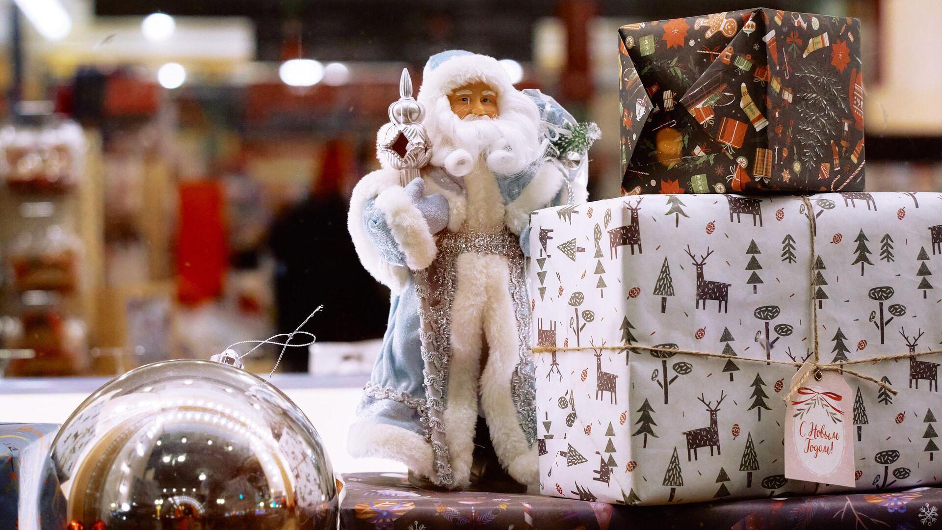 Елочные игрушки в витрине Дома Книги в Санкт-Петербурге - РИА Новости, 1920, 07.12.2020