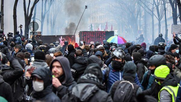 Столкновения протестующих с полицией во время акции протеста против законопроекта О глобальной безопасности в Париже