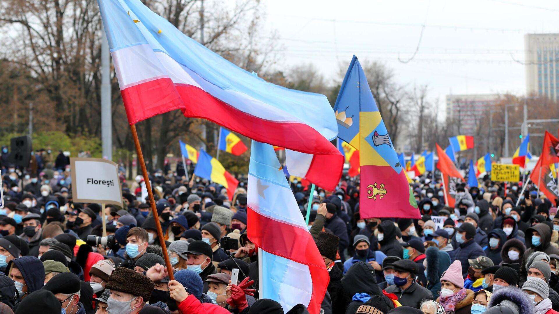 Участники антиправительственной акции, требующие проведения досрочных выборов парламента и отставки кабмина, у здания парламента в Кишиневе - РИА Новости, 1920, 06.12.2020