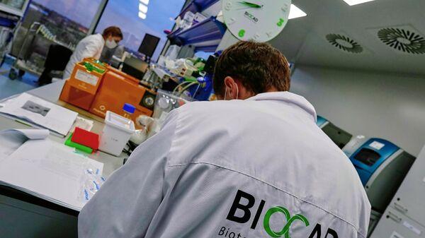 Сотрудники научно-исследовательской лаборатории биотехнологической компании BIOCAD в Санкт-Петербурге