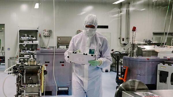 Сотрудник научно-исследовательской лаборатории биотехнологической компании BIOCAD в Санкт-Петербурге