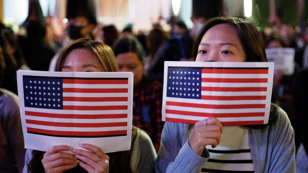 Китайские девушки держат флаги США