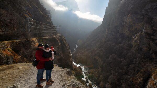 Туристы осматривают балкарскую теснину в Кабардино-Балкарской республике