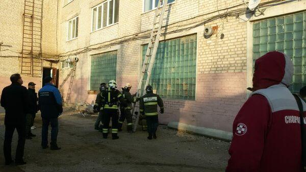 Сотрудники МЧС у здания спортивного комплекса Динамо в Астрахани