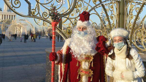 Персонажи Дед Мороз и Снегурочка у ВДНХ