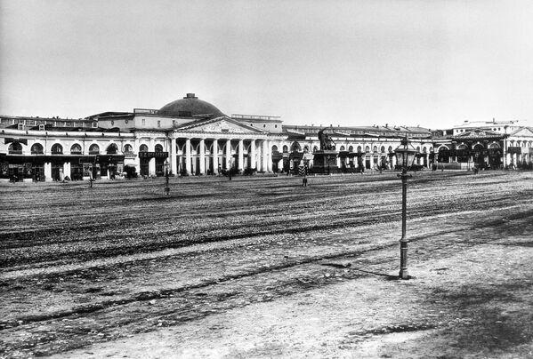 Торговые ряды на Красной площади между Никольской и Ильинкой в 1884 году. Репродукция 1961 года Е.Леонова