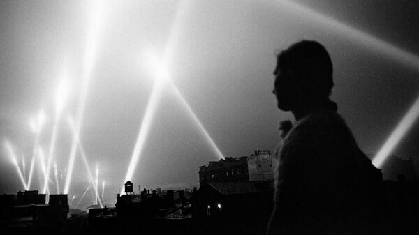 Лучи прожекторов войск ПВО освещают небо Москвы. Москва, июнь 1941 год