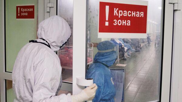 Медицинские сотрудники входят в красную зону городской клинической больницы № 15 имени О. М. Филатова в Москве