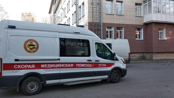 Машина скорой помощи привезла пациента с COVID-19 в Центр Алмазова