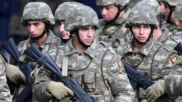 Военнослужащие азербайджанской армии перед военным парадом в Баку