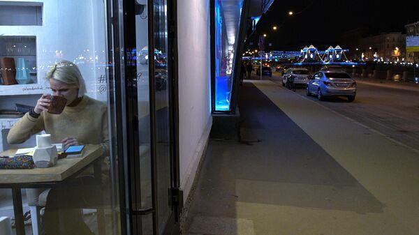 Посетительница в одном из кафе в Санкт-Петербурге
