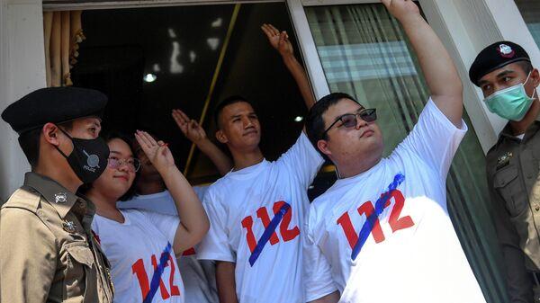 Активисты в Таиланде, выступающие за отмену статьи 112 уголовного кодекса Таиланда, которая наказывает оскорбление монархии тюремным сроком