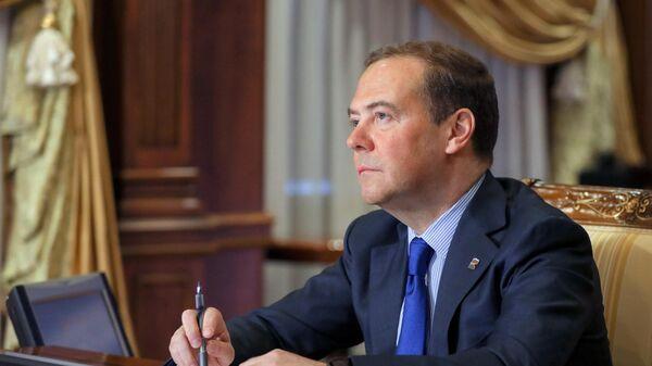 Председатель Единой России Дмитрий Медведев проводит онлайн-прием граждан