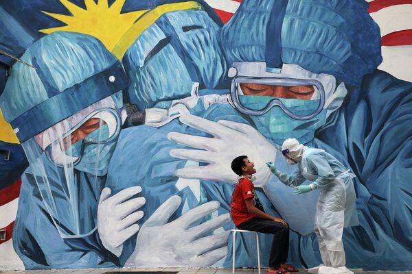 Тест на коронавирус в больнице в Шах-Аламе, Малайзия