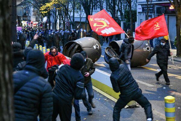 Сотрудники полиции и участники акции протеста против законопроекта О глобальной безопасности в Париже