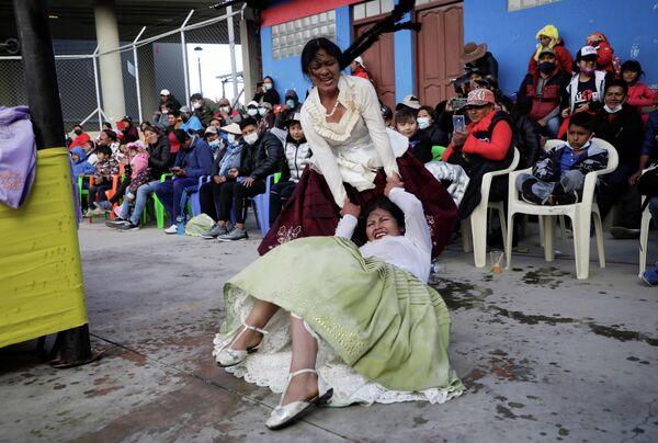 Женщины-борцы во время поединка в Боливии