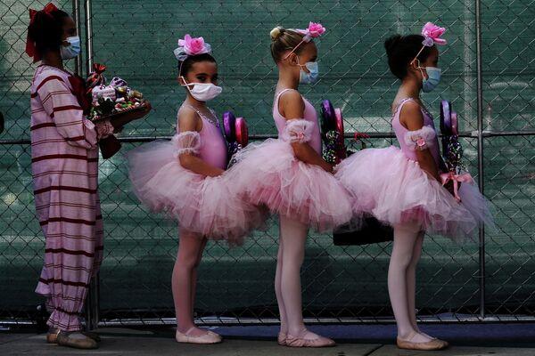 Учащиеся балетной школы Сан-Диего за кулисами спектакля Щелкунчик во время выступления на парковке в Сан-Диего