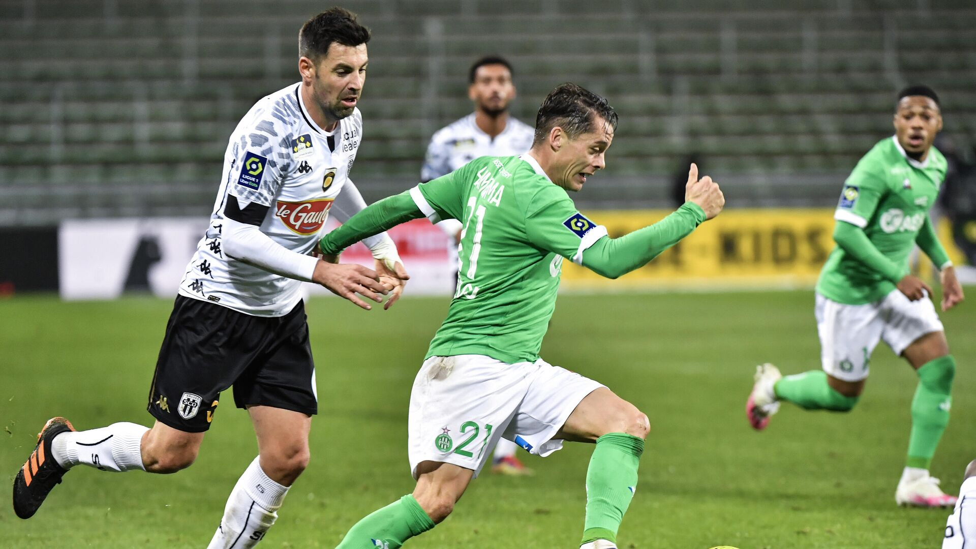 Saint-Etienne's French forward Romain Hamouma (R) fights for the ball with Angers' French midfielder Thomas Mangani (L) during the French L1 football match between AS Saint-Etienne and SCO Angers at the Geoffroy Guichard stadium in Saint-Etienne, central France, on December 11, 2020. (Photo by PHILIPPE DESMAZES / AFP) - РИА Новости, 1920, 12.12.2020