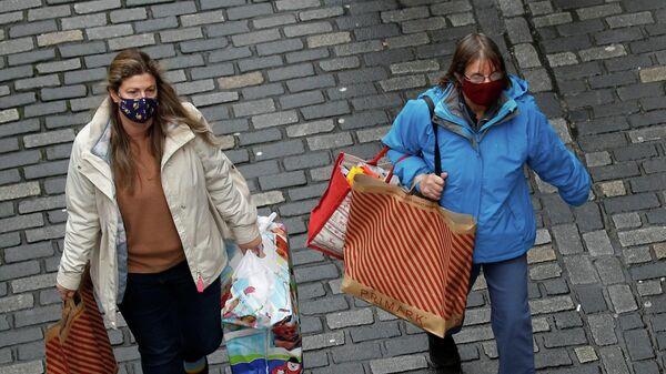 Покупатели с сумками в Честере, Великобритания