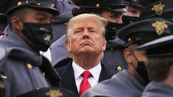 Президент США Дональд Трамп в окружении армейских кадетов