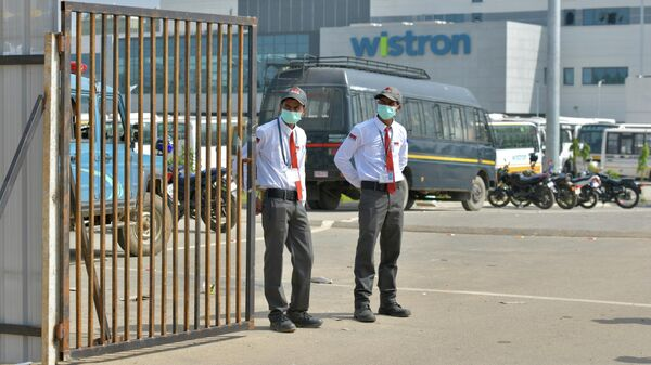 Охранники у въезда на фабрику компании Wistron в Нарсапуре