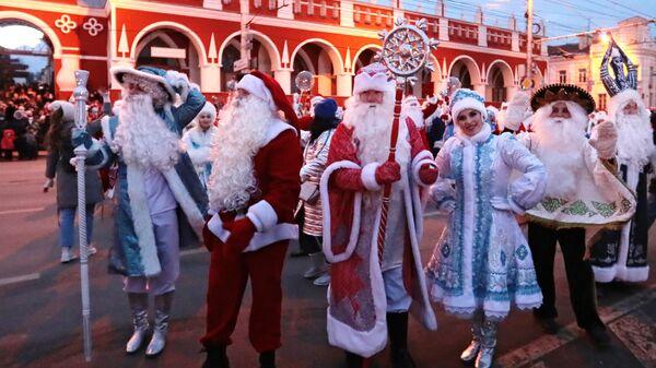 Участники парада Дедов Морозов и Снегурочек в рамках праздничного мероприятия проекта Калуга - новогодняя столица России