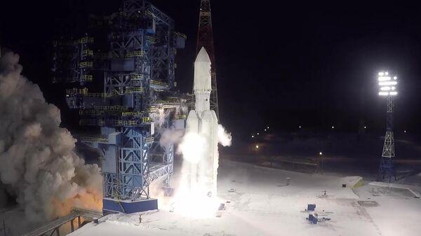 Запуск тяжелой ракеты-носителя Ангара-5 с разгонным блоком Бриз-М с макетом спутника на космодроме Плесецк. Стоп-кадр видео