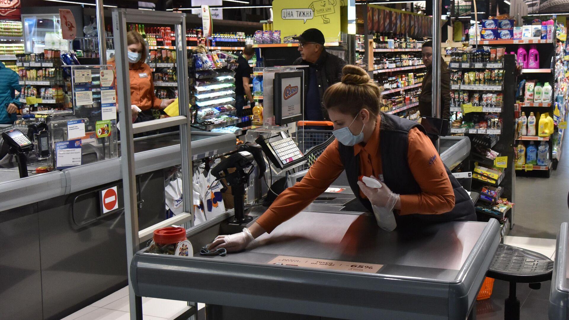 Кассир в продуктовом магазине во Львове - РИА Новости, 1920, 06.07.2021