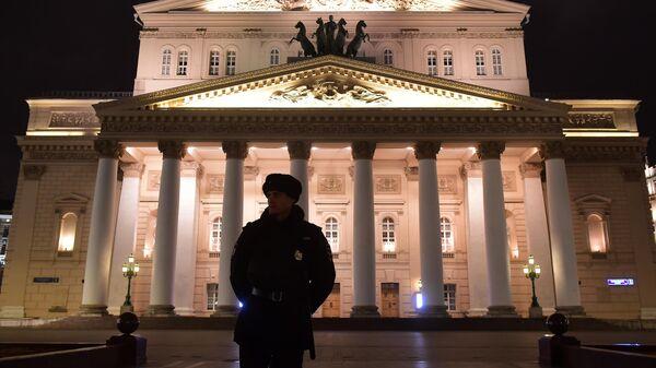 Сотрудник полиции у здания Большого театра в Москве