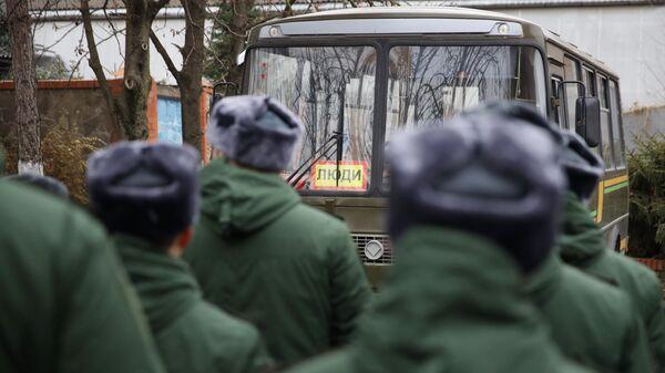 Призывники перед отправкой на службу в Президентский полк у сборного пункта Краснодарского края