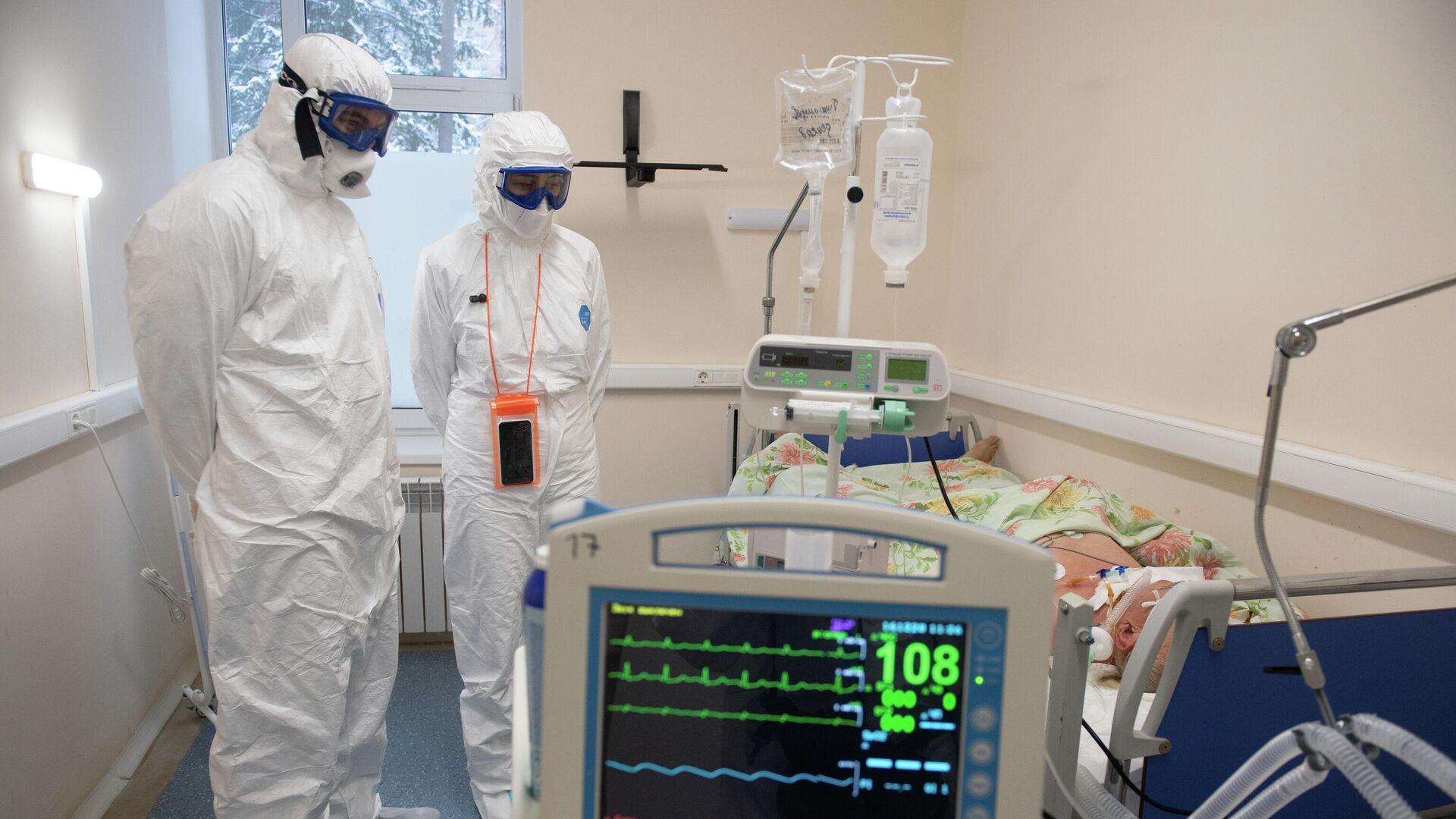 Медицинские работники в палате госпиталя для лечения больных COVID-19 в Тверской областной больнице - РИА Новости, 1920, 20.01.2021