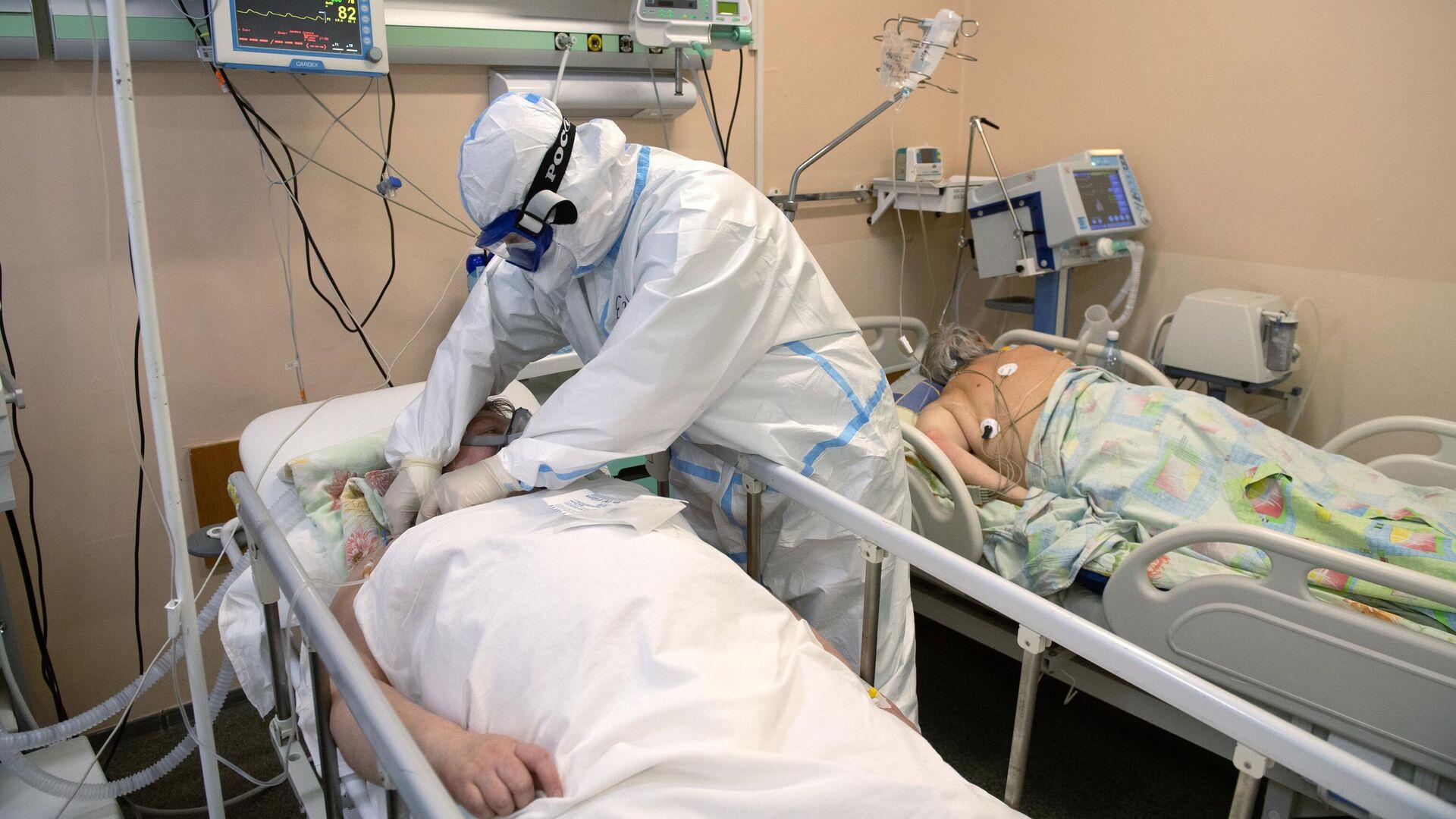 Медицинский работник в отделении реанимации и интенсивной терапии в госпитале для лечения больных COVID-19 в Тверской областной больнице - РИА Новости, 1920, 08.01.2021