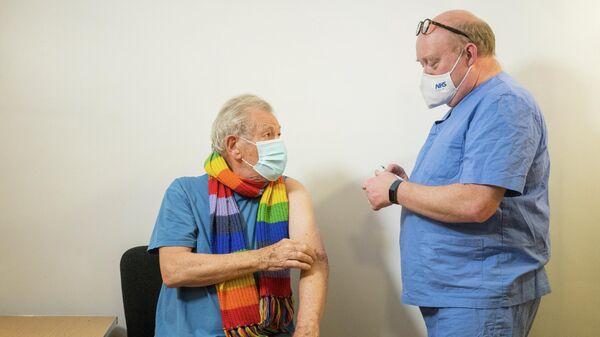 Британский актер Иэн Маккеллен во время вакцинации от COVID-19
