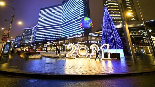 Новогодняя инсталляция на Новом Арбате в Москве