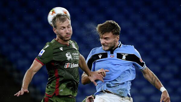 Защитник Кальяри Рагнар Клаван (слева) и нападающий Лацио Чиро Иммобиле