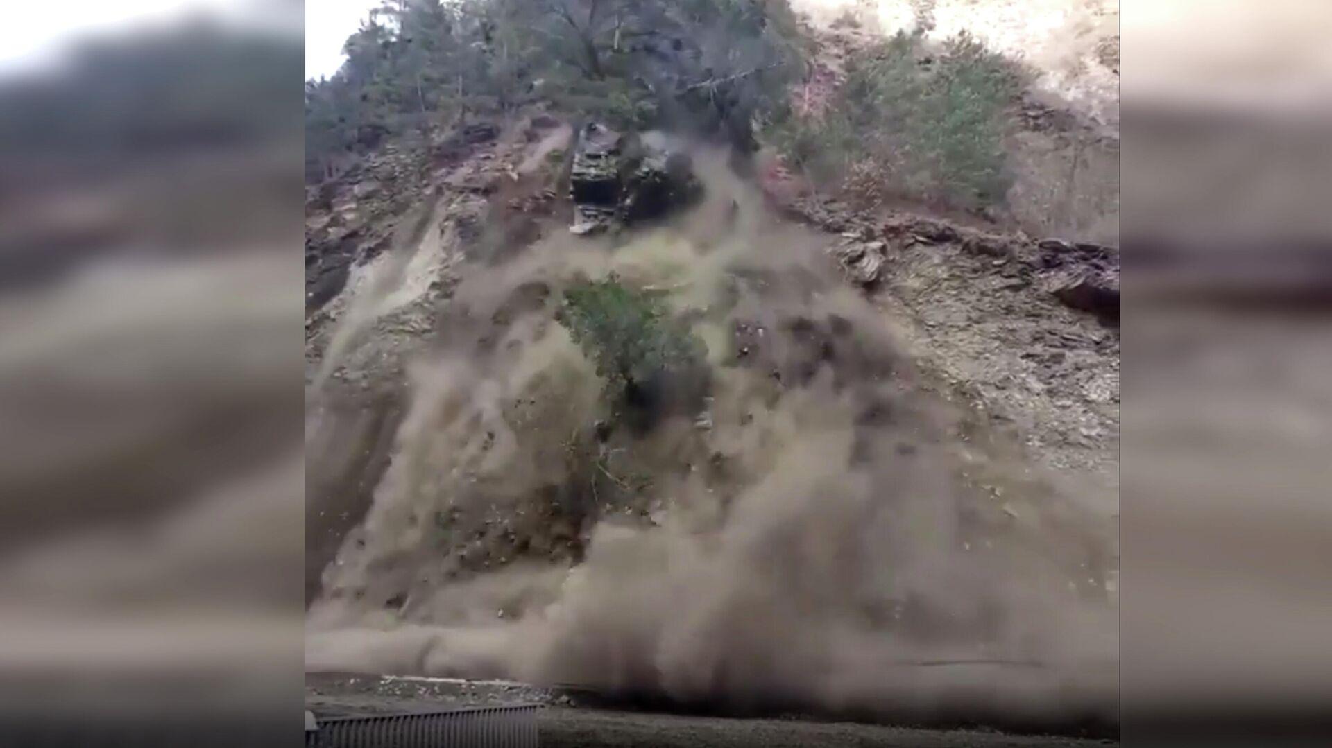 В Дагестане часть горы обрушилась на дорогу
