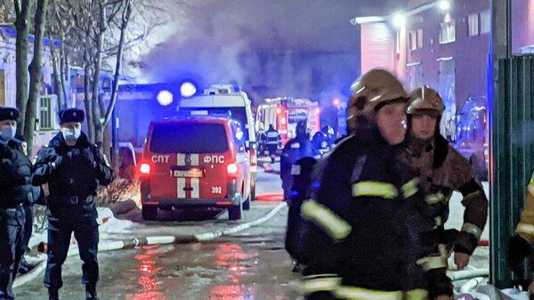 Пожарно-спасательные подразделения на месте возгорания на складе на северо-западе Москвы