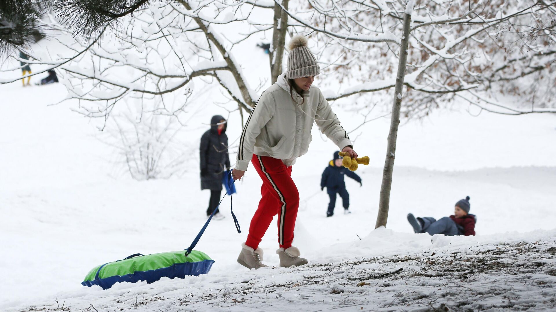 Люди катаются со снежной горки в Краснодаре после снегопада - РИА Новости, 1920, 11.01.2021