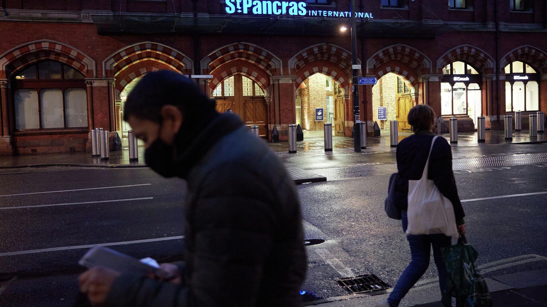 Прохожие возле вокзала Сент-Панкрас в Лондоне - РИА Новости, 1920, 05.02.2021