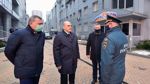 Председатель правительства РФ Михаил Мишустин во время посещения Национального центра управления в кризисных ситуациях МЧС РФ