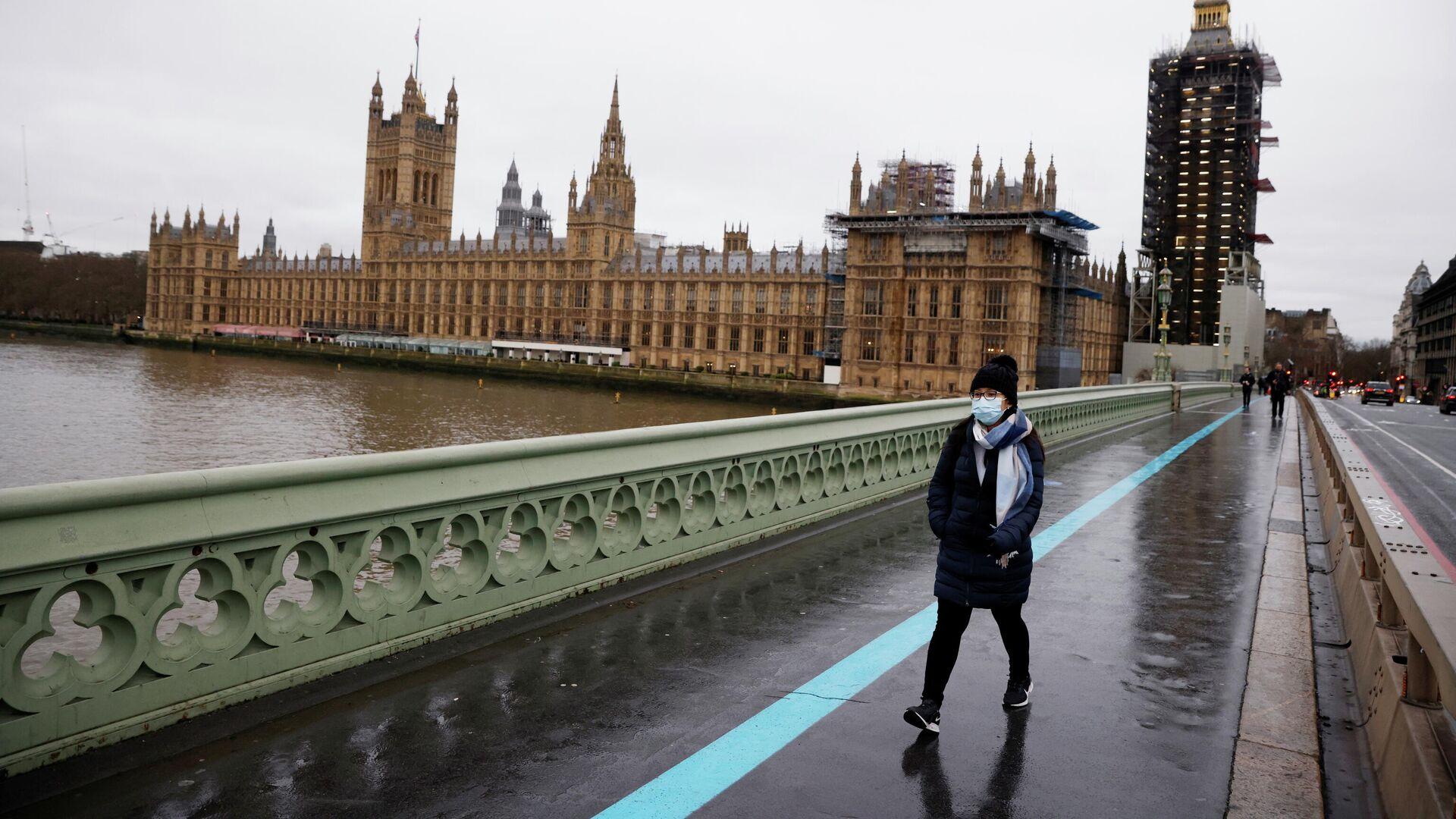 Девушка в защитной маске на Вестминстерском мосту в Лондоне - РИА Новости, 1920, 08.01.2021