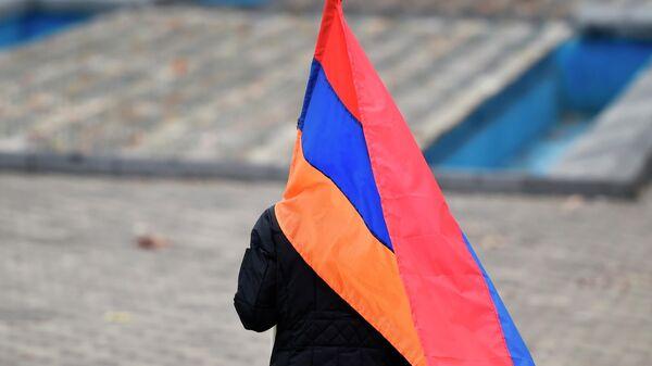 Сторонник оппозиции идет с флагом на митинг на площади Республики в Ереване