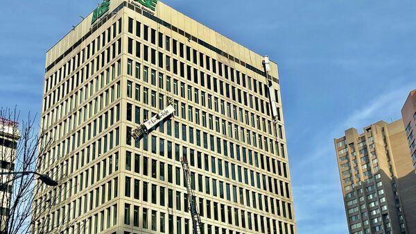 Спасатели на месте взрыва в многоэтажном офисном здании в Балтиморе