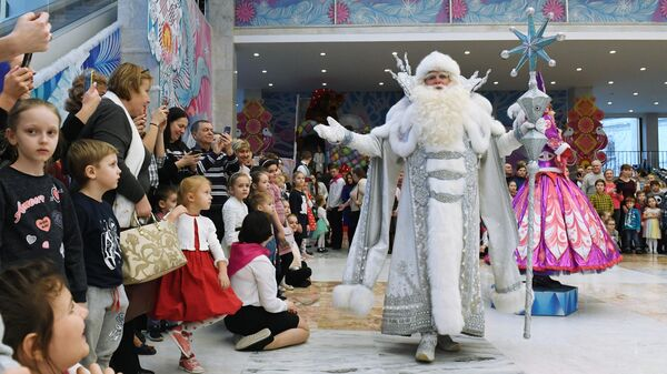 Дед Мороз выступает на Патриаршей Рождественской елке в Государственном Кремлевском дворце в Москве.