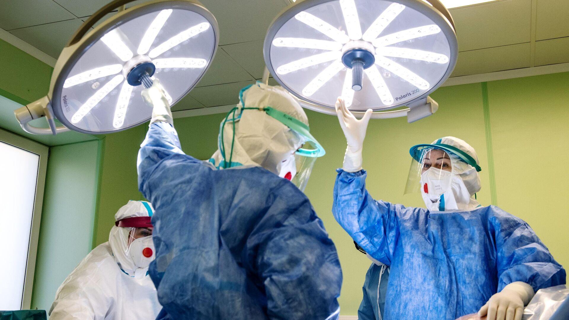Медицинские работники проводят операцию кесарево сечение в родильном доме при инфекционной клинической больнице №2 в Москве - РИА Новости, 1920, 27.04.2021