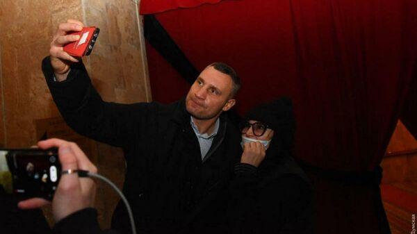 Мэр Киева Виталий Кличко делает селфи с женщиной на похоронах мэра Харькова Геннадия Кернеса