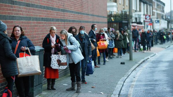 Люди в очереди у супермаркета Waitrose and Partners в Лондоне, Великобритания
