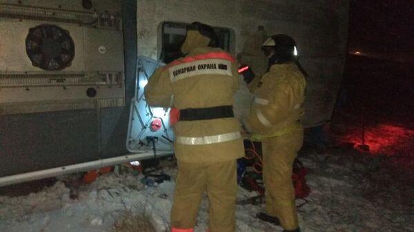 На месте аварии в Скопинском районе Рязанской области, где в результате ДТП перевернулся автобус с людьми