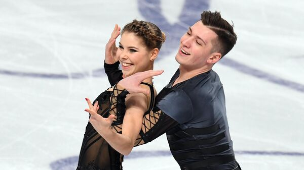 Анастасия Мишина и Александр Галлямов выступают в короткой программе парного катания на чемпионате России по фигурному катанию в Челябинске.